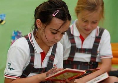 W-Niñas-leyendo primaria