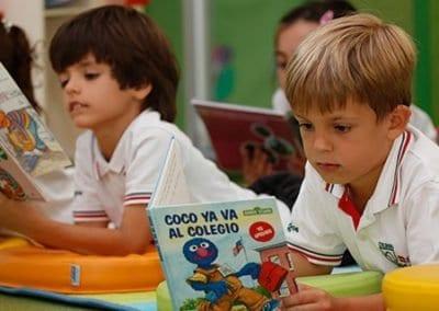 W-Niños-leyendo primaria