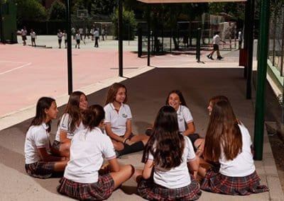 W-Niñas-patio-secundaria